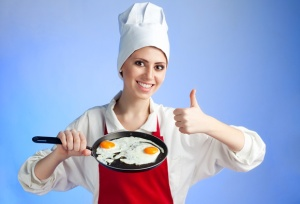 female-chef-frying-eggs